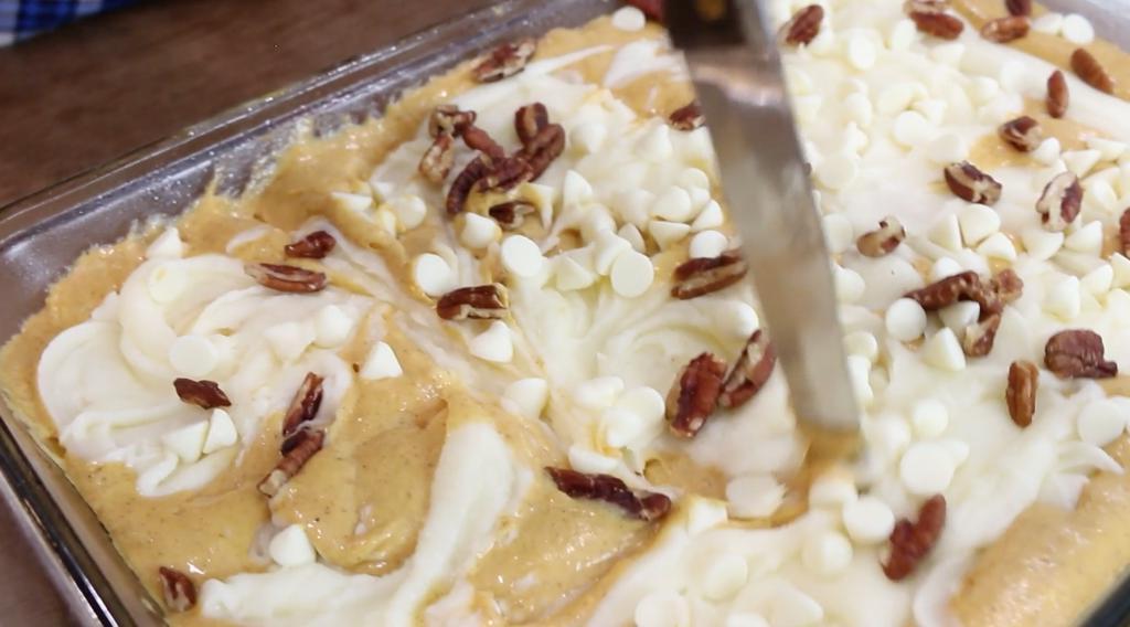 Тыквенный пирог с орехами и белым шоколадом: осенняя выпечка для семейных посиделок
