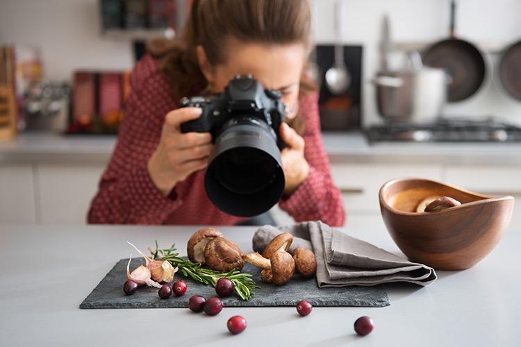 Они используют картон и клей: сфотографировать еду красиво можно, сделав ее сначала несъедобной