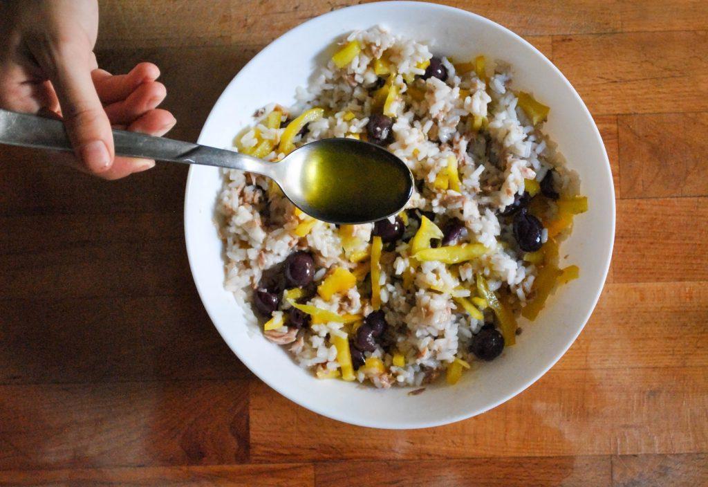Мой фирменный салат с рисом, тунцом и оливками: мне больше по душе холодный, но можно есть и немного подогретым - в качестве второго блюда