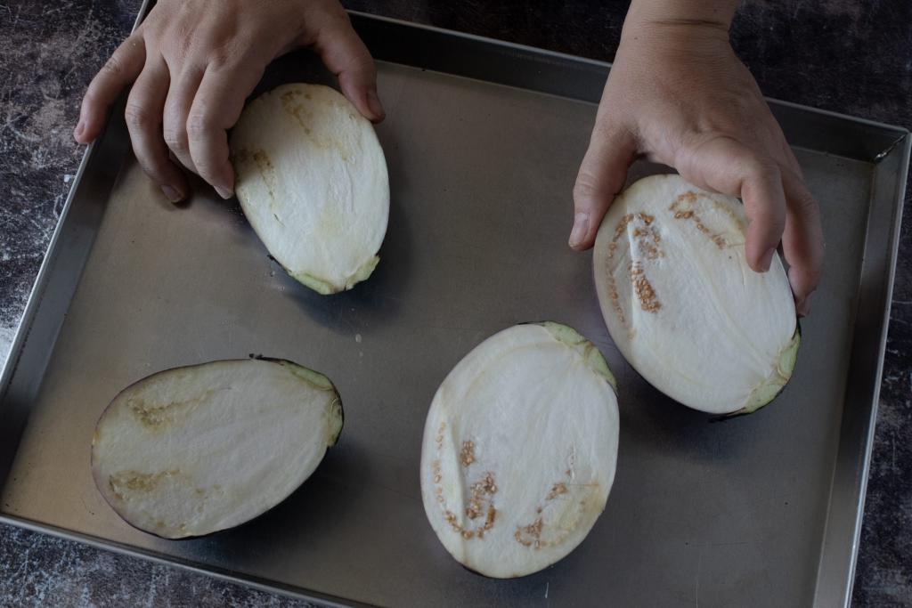 """Из мякоти запеченных баклажанов готовлю небольшие галушки и отвариваю с помидорами и специями: заготовки таких """"малышей"""" можно сделать на всю зиму"""