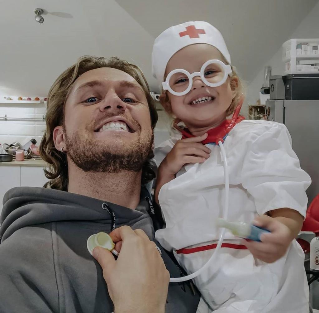 Влад Соколовский поделился с поклонниками искренней радостью: его маленькая дочь будет жить неподалеку от него