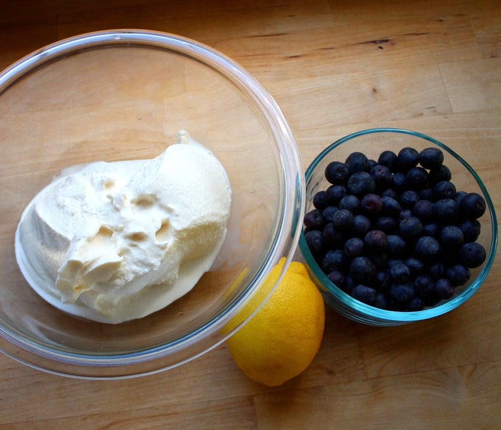 Холодный десерт на скорую руку: пирог из черники, печенья и ванильного мороженого