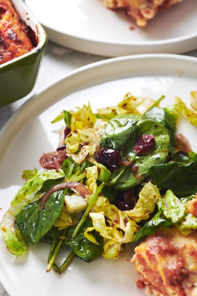 Осенний витаминный простой салат. Кладу в него шпинат, клюкву и мед