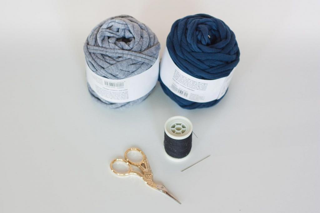 Сделала сама двухцветный очаровательный коврик. Вместо пряжи можно использовать старую одежду, способ очень простой
