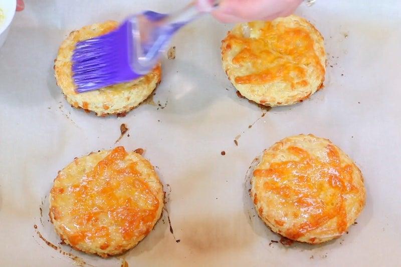 Из пахты и сыра получается очень вкусное печенье: выпечку заранее готовлю в большом объеме – улетает в один миг