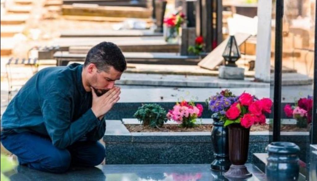 Муж предлагает назвать будущего ребенка в честь его покойной жены: люди не находят оправдание его желанию