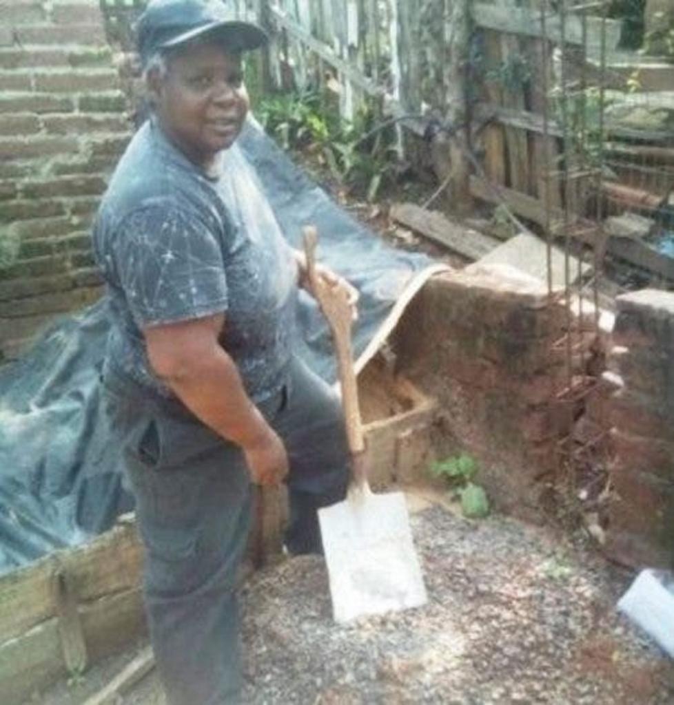 51-летняя женщина из Бразилии без посторонней помощи сама строит себе жилье
