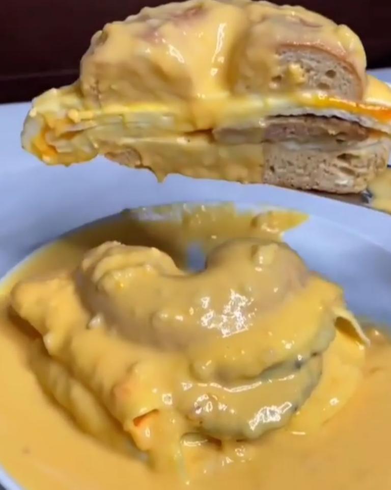 Замотала бургер в яичный белок: в ресторанах быстрого питания такого не отведаешь, а вот дома - 10 минут, и сытный обед готов!