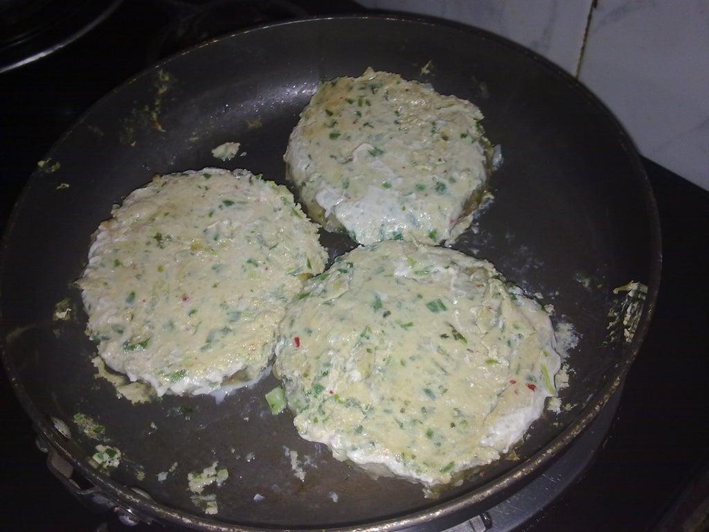 Между булочек кладу куриную котлетку с имбирем и лемонграссом: бургер получается сочным и очень вкусным