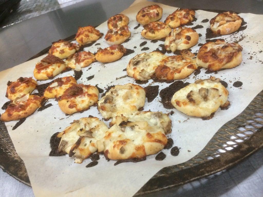 Бюджетная закуска из доступных ингредиентов: гостей можно порадовать сытной мини-пиццей