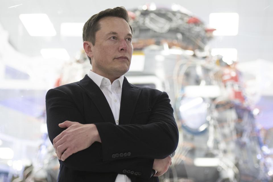 Семья купила автомобиль Tesla Model Y, но по дороге домой у него на ходу слетела крыша
