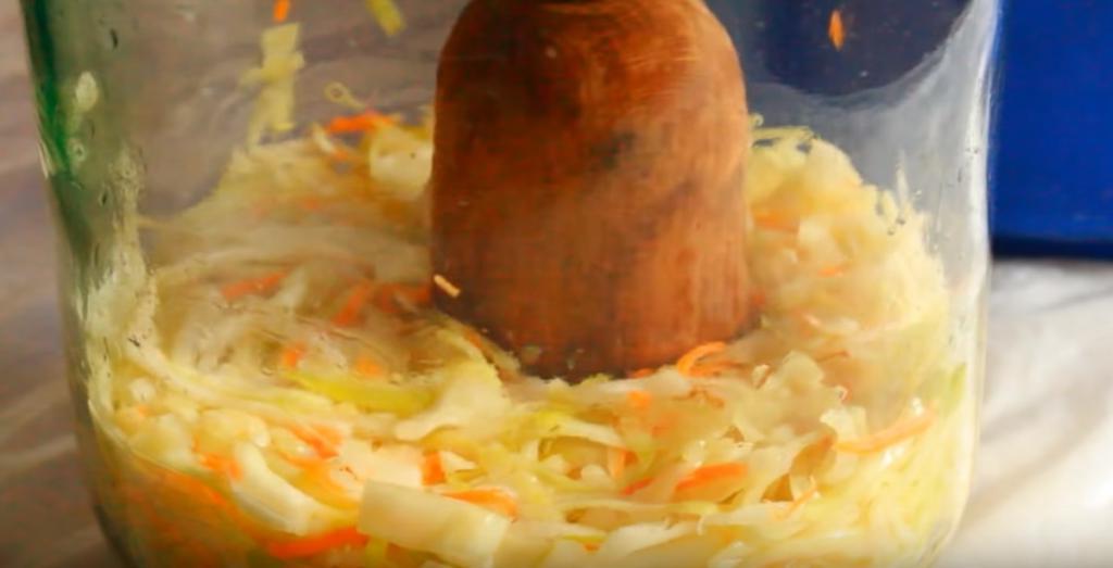 Квашеная капуста в банке: простой рецепт засолки без заранее приготовленного маринада, сахара и уксуса