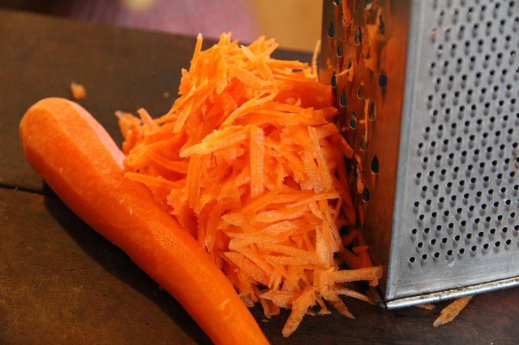 Как правильно есть морковь, чтобы она действительно улучшала зрение и при этом очищала кишечник (грызть один корнеплод бесполезно – эффекта не почувствуете)