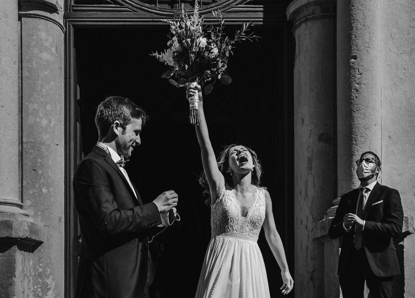 Свадьбы в 2020 году проходили совсем иначе, однако фотографам удалось запечатлеть лучшие их моменты: победители конкурса фотографии