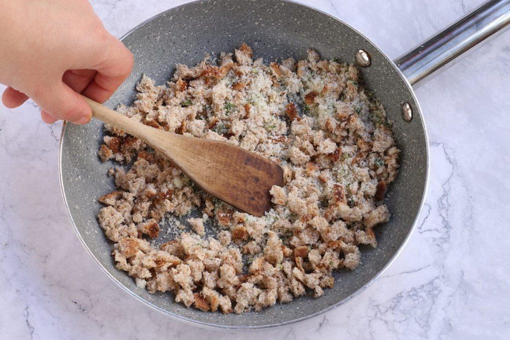 Хлеб, сыр, баклажаны и яйцо нарезаю кубиками и обжариваю на сковородке: считаю это блюдо салатом и ем только теплым