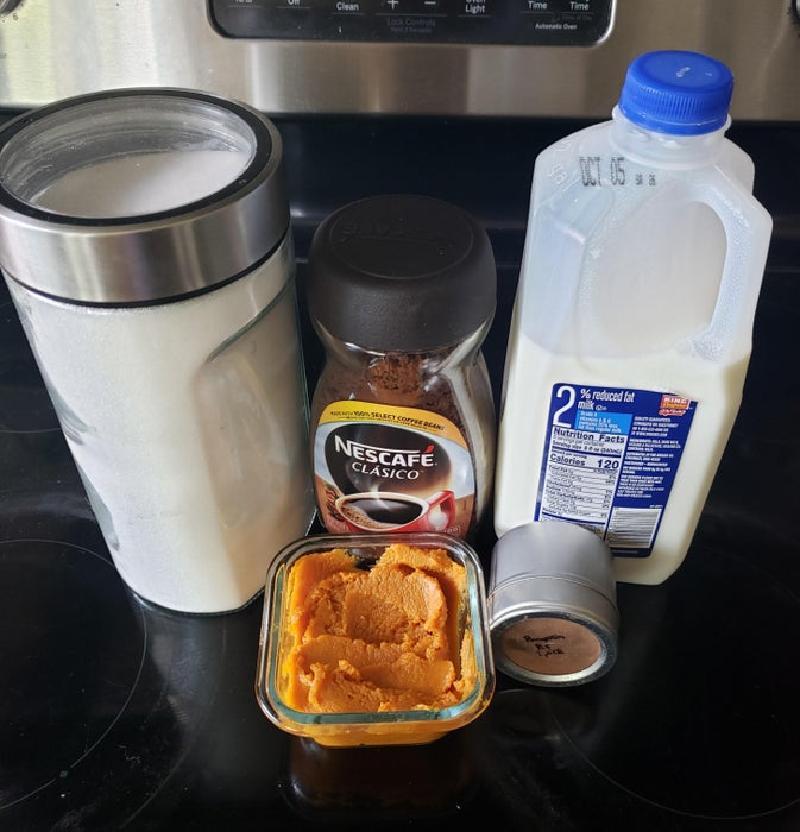 Утренний американо решила заменить более вкусным напитком: кофейный коктейль с тыквенными сливками