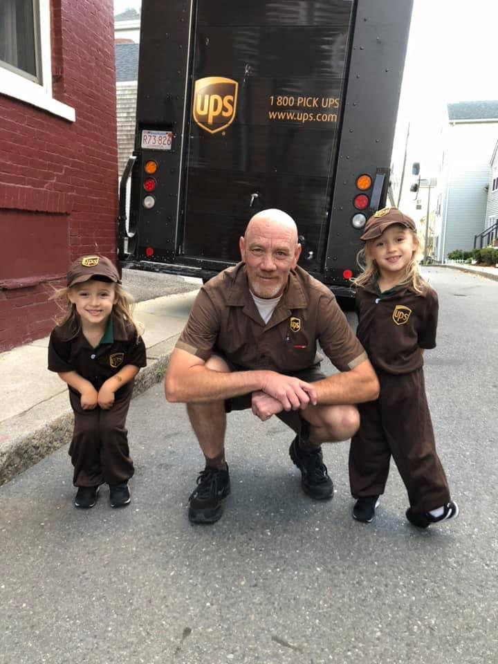 Дети способны удивлять: чтобы сделать что-нибудь приятное водителю доставки, малыши оделись так же, как он