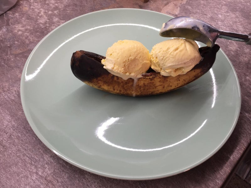 Для семейного праздника на природе готовлю на десерт банановый сплит: рецепт