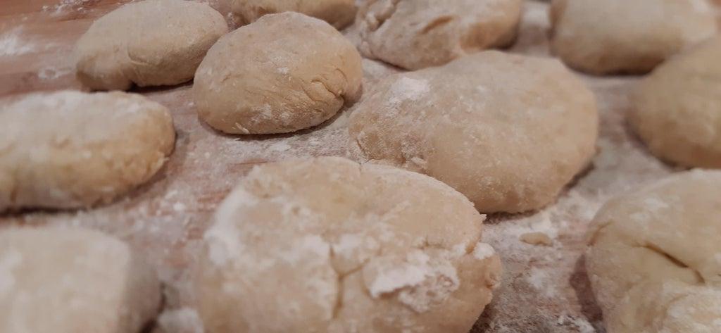 Картофельные клецки со сладкой начинкой: поливаю лакомство домашним соусом из корицы, сливочного масла и панировочных сухарей