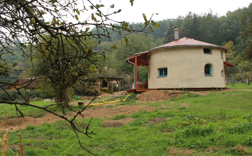 Круглый и из соломы. Пока муж ходил на работу, жена и дети построили для семьи удобный дом