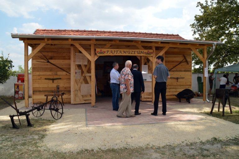 Уникальный амбарный музей в Кукутине неразрывно связан со старинной лодкой: приезжие удивляются, на что жители отвечают местной легендой