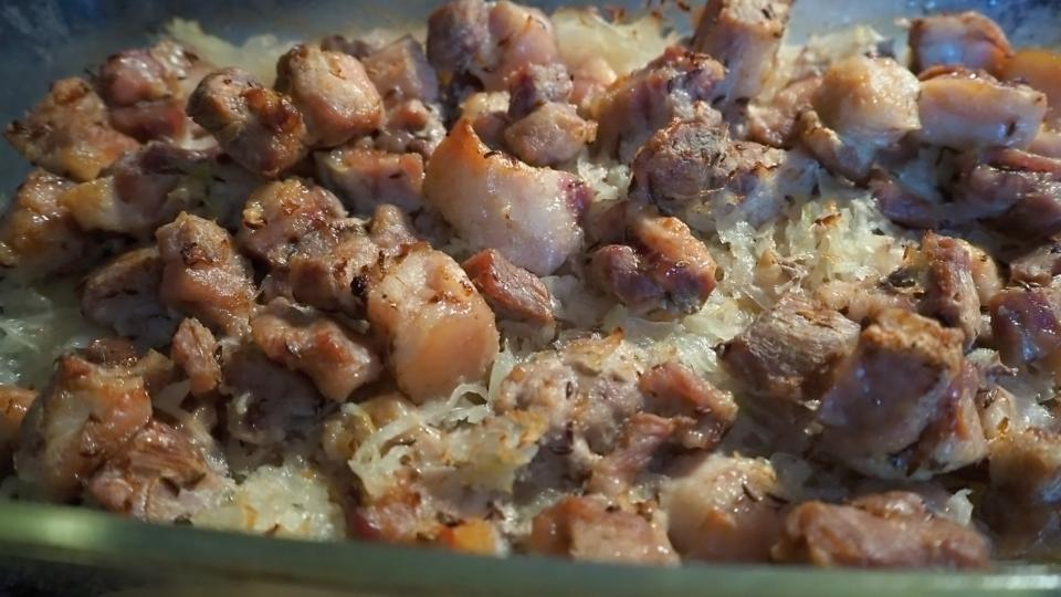 Килограмм свинины и 2 килограмма капусты. Простое блюдо в духовке