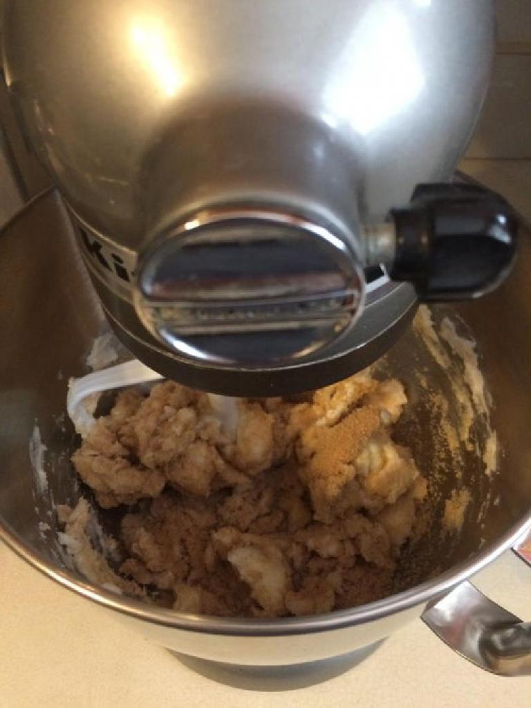 Домашнее печенье с сушеной вишней и кусочками шоколада: хрустящее лакомство для тех, кто решил забыть о диете