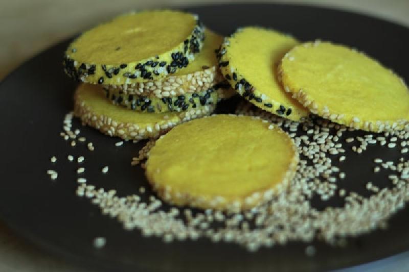 Хрустящее печенье с черным и белым кунжутом – мое любимое лакомство к чаю: приготовить его просто, а на ингредиенты не уйдет много денег