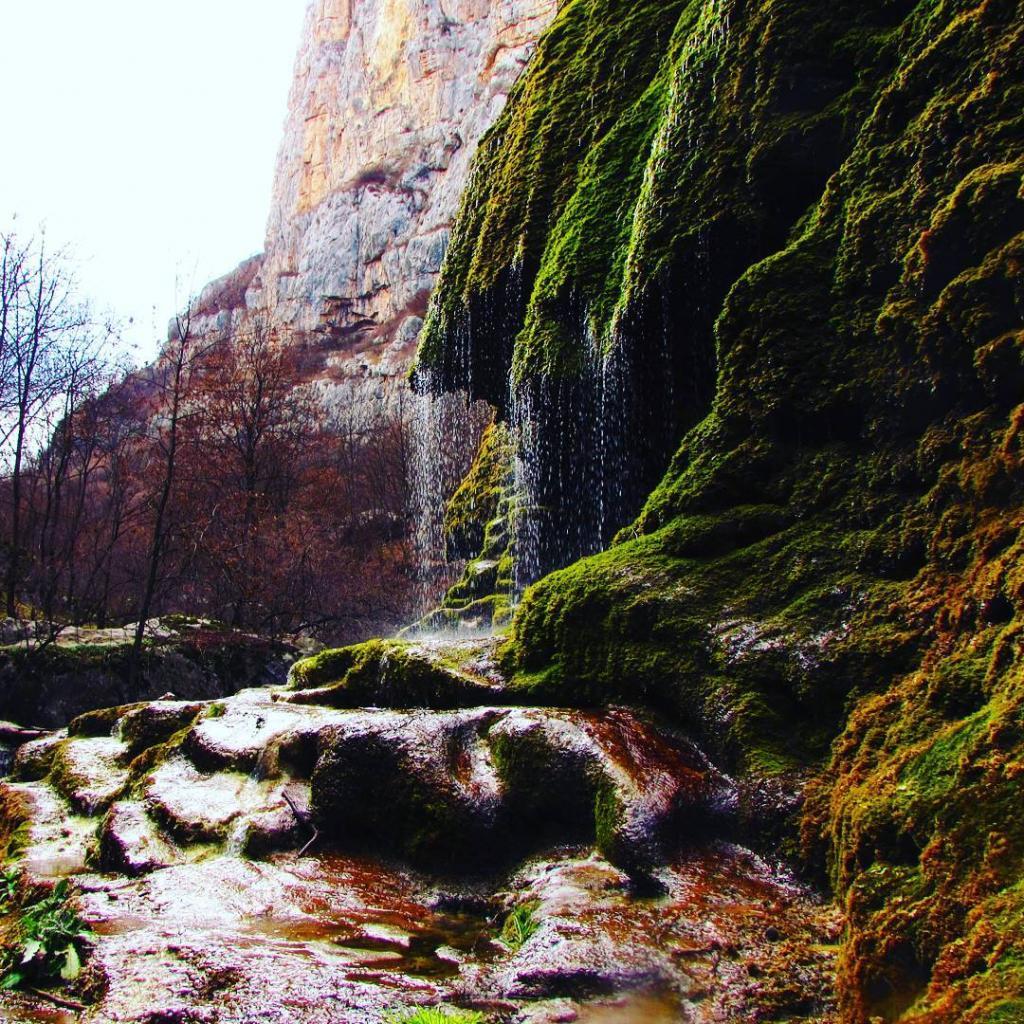 Как выглядит самый красивый уголок природы в Нагорном Карабахе: фото живописного ущелья, в котором есть и водопад, и горы, и заброшенный город
