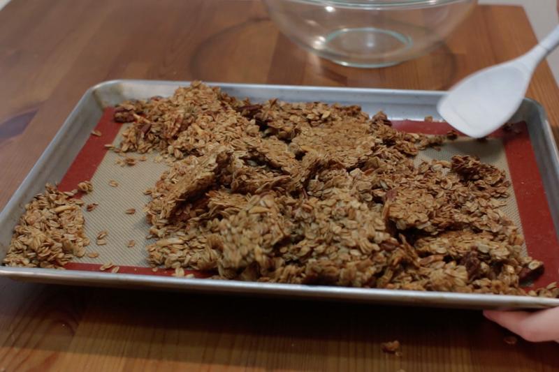 Мюсли, орехи, мед и сироп - все, что нужно для сытного и полезного завтрака