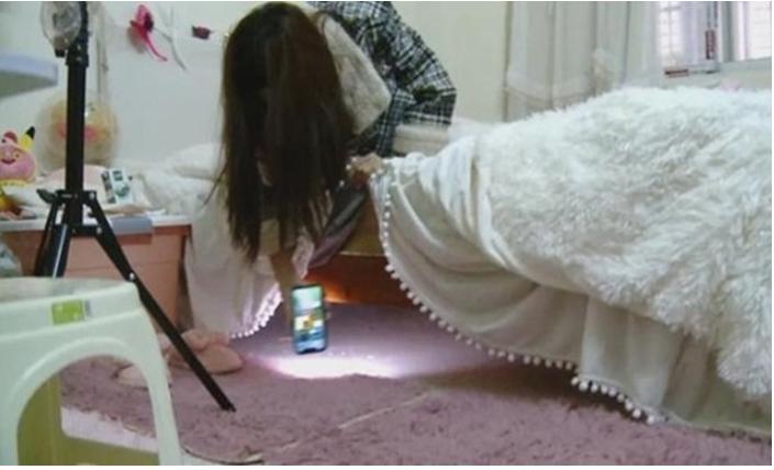 Ночью девушка-стример услышала телефонный звонок, раздававшийся снизу. Заглянув под кровать, увидела незваного гостя