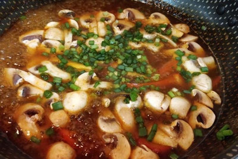 Суп с хрустящей лапшой по азиатскому рецепту из простых ингредиентов всего за 20 минут: отличный вариант ужина для любителей восточной кухни