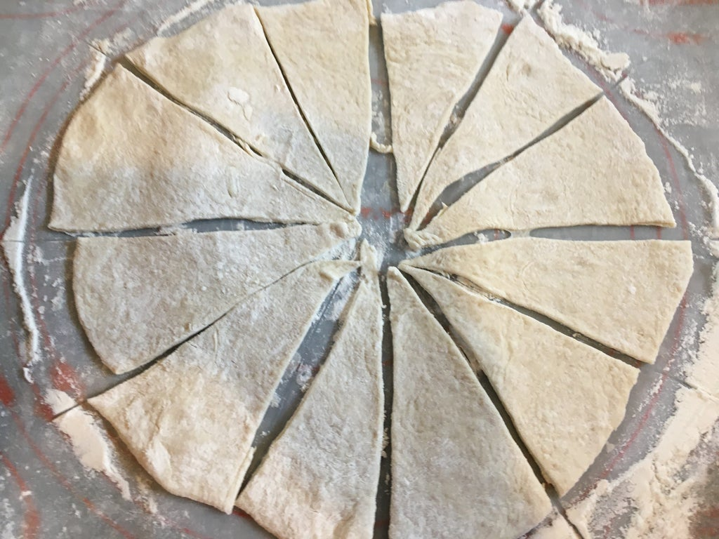 Закрытая пицца по-чикагски: хрустящая корочка и сытная закуска из мяса, грибов, сыра и овощей