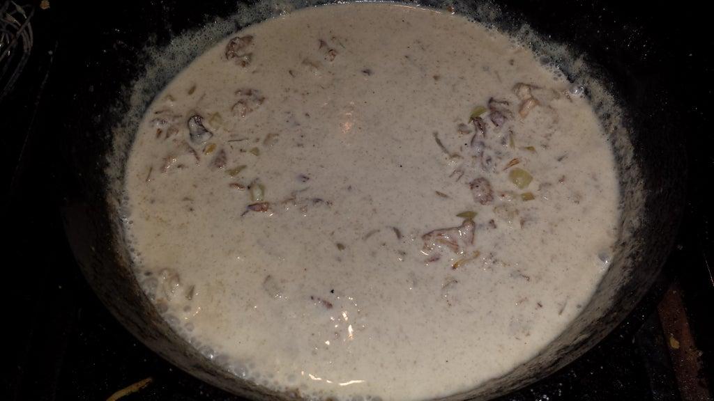 Мясная запеканка со сливочным соусом из лисичек: сытное блюдо на радость всей семье