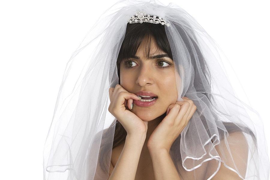Жених всю свадьбу провел в компании своей мамы, и невеста закрыла его в номере