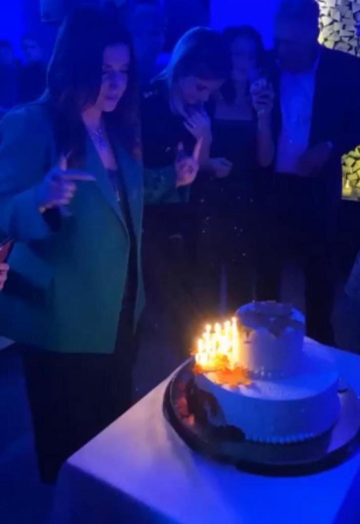 На своем дне рождения Жасмин сообщила о том, что у нее скоро родится дочь