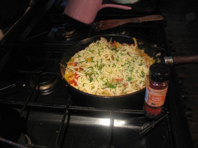 Можно готовить хоть на завтрак, хоть на ужин: сытный омлет с овощами и колбасками