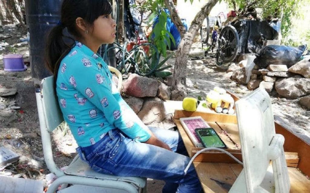 Маленькая девочка получила в подарок телефон после того, как люди узнали, что она очень хочет учиться, но не может из-за отсутствия гаджета