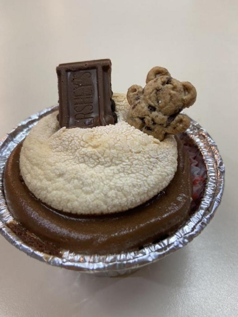 Шоколадные кексы с румяным зефиром и печеньями - лакомство, которое порадует вашего ребенка