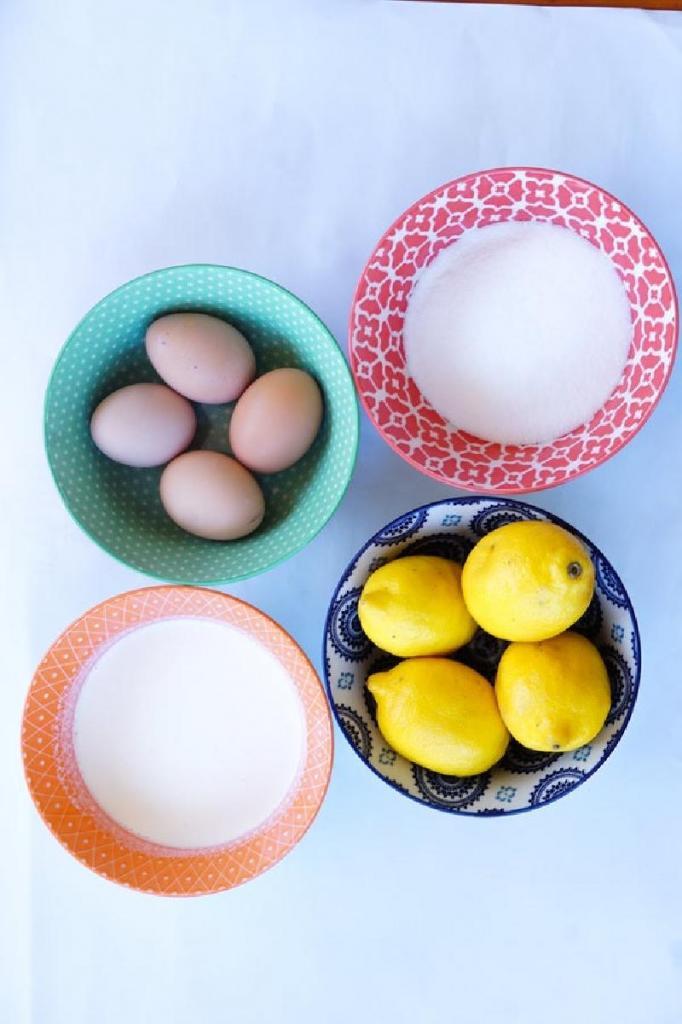 Пирог с нежным лимонным муссом на основе корочки из крекеров: экзотическая выпечка для дружеских посиделок