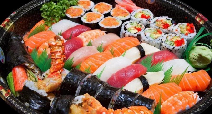 Как есть суши, чтобы их вкус полностью раскрылся: отложить васаби и окунуть рыбу (не рис) в соевый соус