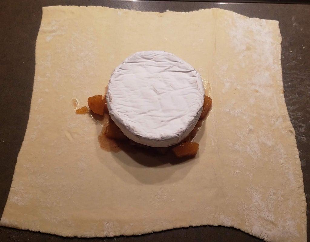 С прошлой осени осталась консервированная тыква: я решила немного поэкспериментировать и запекла соленья в слоеном тесте. Вкус меня приятно удивил