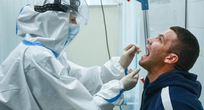 Врачи предупреждают: люди, повторно инфицированные коронавирусом, переносят болезнь тяжелее