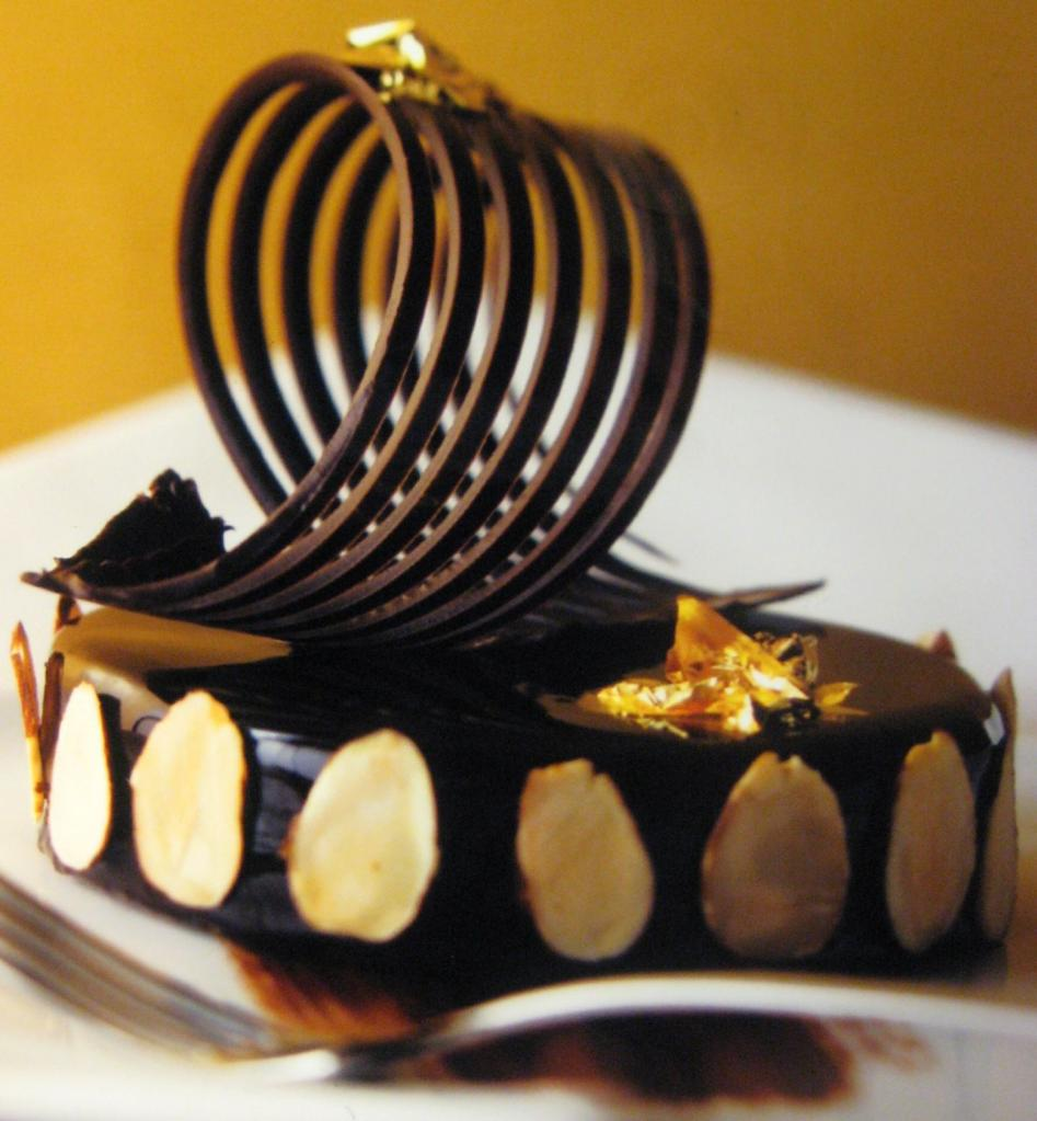 Разные виды шоколада готовят по-разному, поэтому их вкус и способы применения отличаются. Шоколатье Кейтлин Аллерга дала советы по выбору шоколада для кулинарии и выпечки