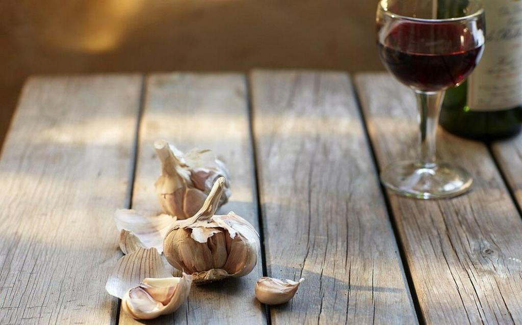 Чеснок и красное вино могут помочь убрать жир на животе и укрепить иммунитет. Нужно пить всего 3 ложки настойки