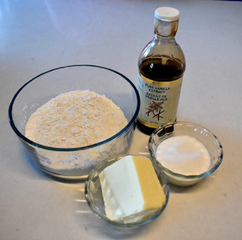 Вкусный и нежный пирог на основе сгущенки и сиропа: питательный и сытный десерт, который идеально подойдет для завтрака
