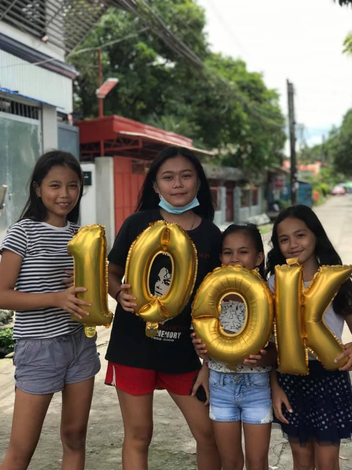 Девятилетняя Мэри Грейс Эскобер кексом и свечой отпраздновала две подписки на свой канал YouTube: через несколько часов их количество подскочило до 100 тысяч