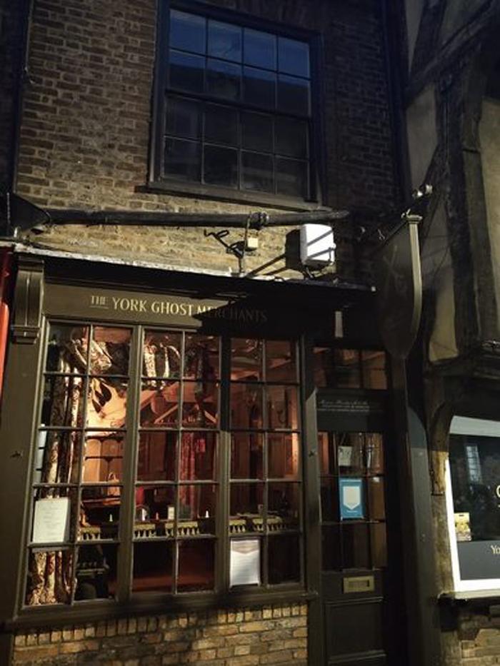 Йорк, Англия: в городе существует странный магазин, где продают фигурки привидений