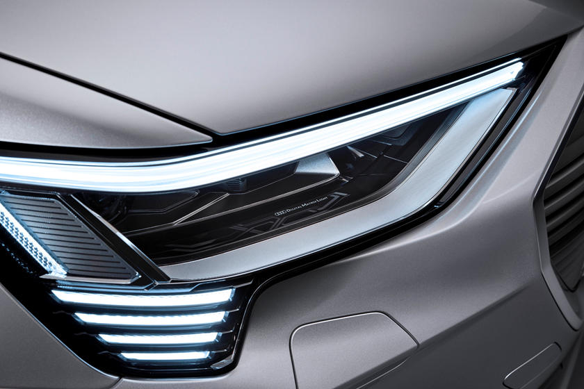 """Для безопасности вождения: новые """"умные"""" фары Audi могут проецировать анимированные изображения на дорогу"""