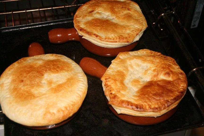 Уют в семье во многом зависит от пищи, которую мы готовим: близких радую своими фирменными пирогами в горшочке